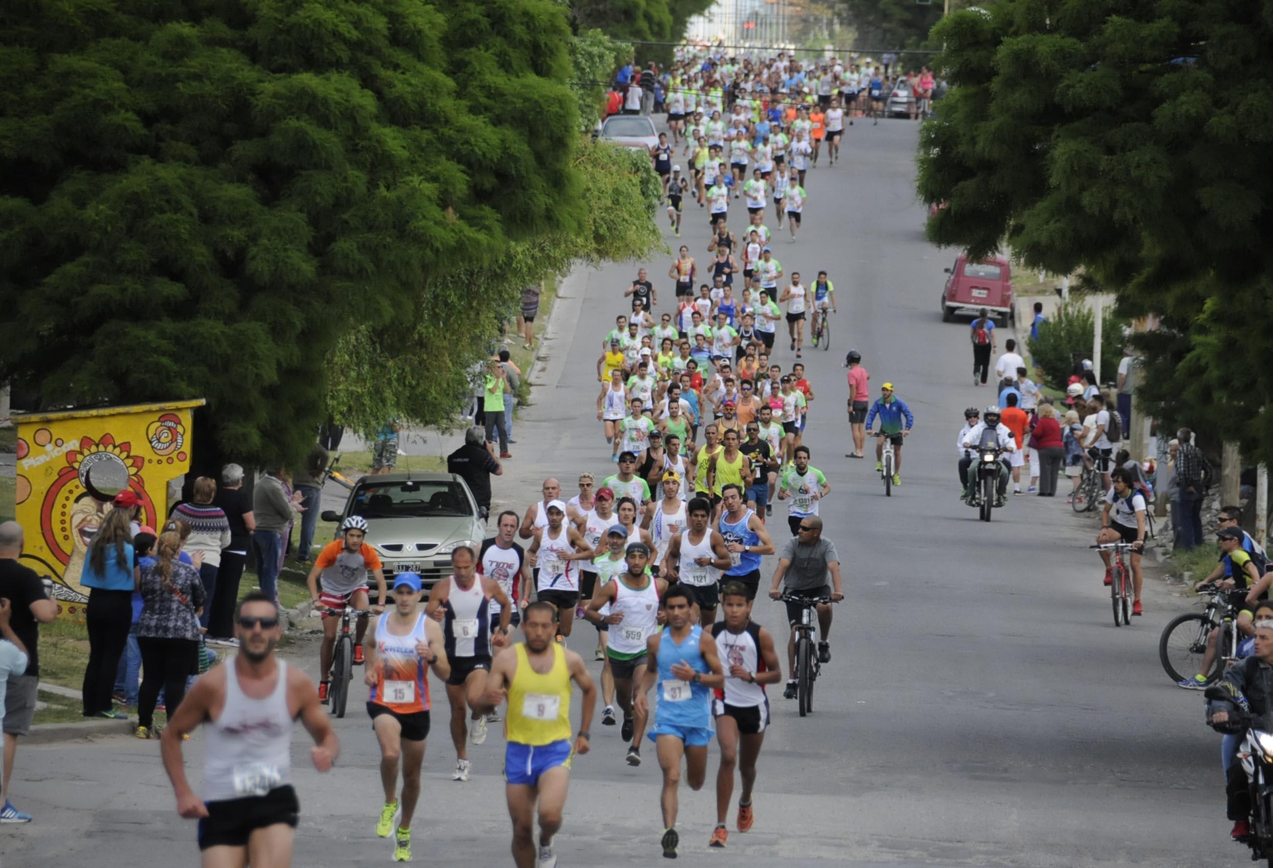 El pelotón en Avenida Lunghi. Foto: Diario El Eco.
