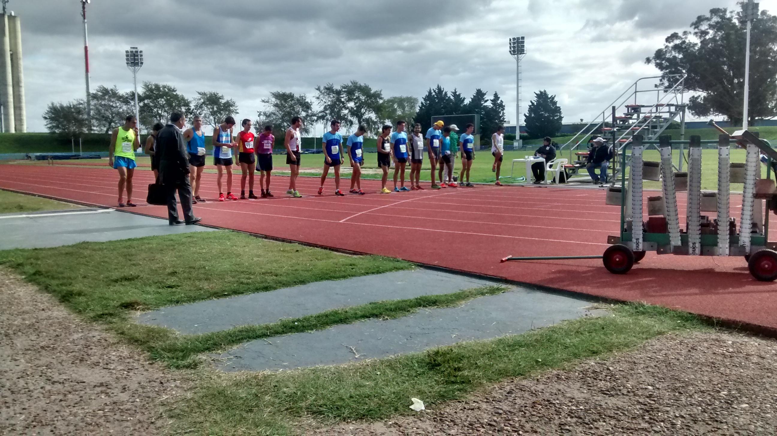 Nuestros atletas en la largada de los 10000 metros llanos.